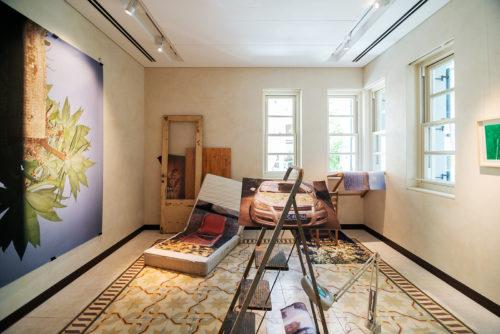 פוליאנה אור, תמונות בתערוכה, 2021, מיצב צילומי, הזרקת דיו עם חפצים שנאספו מהרחוב