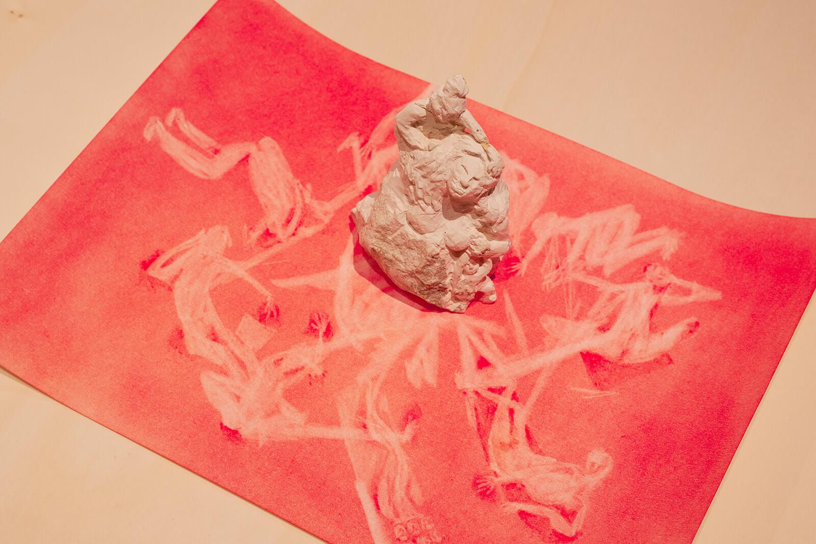 נעמה לינדנבאום, משקעים, פרט, 2021, פיגמנט על נייר, סלעי קירטון<br /> צילום: נטע קונס