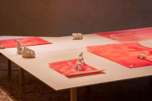 נעמה לינדנבאום, משקעים, 2021, פיגמנט על נייר, סלעי קירטון<br /> צילום: נטע קונס