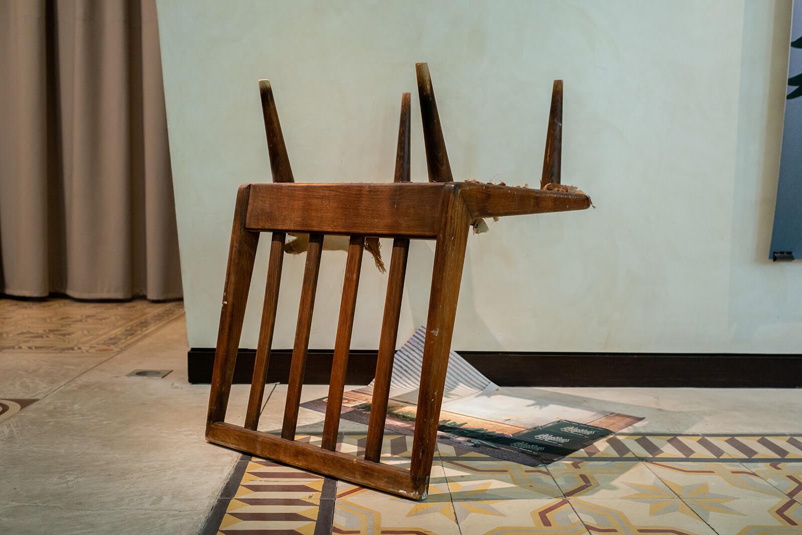 פוליאנה אור, תמונות בתערוכה, 2021, מיצב צילומי, הזרקת דיו עם חפצים שנאספו מהרחוב<br /> צילום: נטע קונס