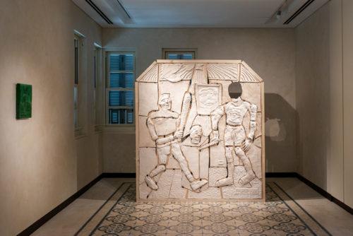 תמיר ארליך, מהומה בגלריה, 2021, קרמיקה, עץ, שקי חול<br /> צילום: נטע קונס