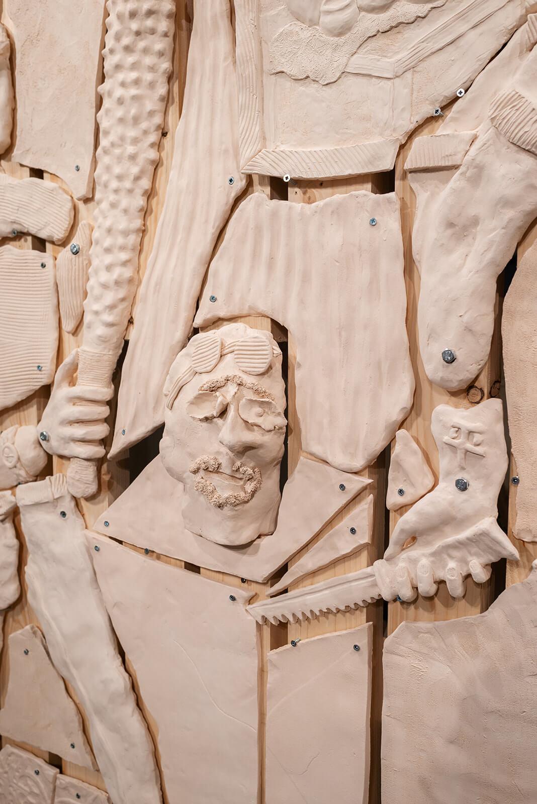 תמיר ארליך, פרט, מהומה בגלריה, 2021, קרמיקה, עץ, שקי חול<br /> צילום: נטע קונס